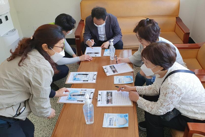 대연운전자휴게소 내에서 이용객이 설문에 참여하고 있다